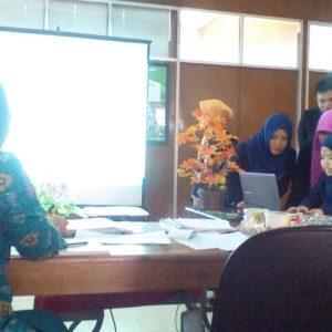 Mahasiswa sedang mempresentasikan proposal di depan dewan juri